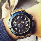 Χρυσό ρολόι blu Στοκ εικόνα με δικαίωμα ελεύθερης χρήσης