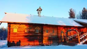 χρυσό ρωσικό ξύλινο σπίτι σε Arhangelsk Στοκ φωτογραφία με δικαίωμα ελεύθερης χρήσης