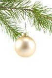 χρυσό σατέν orna Χριστουγέννων σφαιρών στοκ φωτογραφίες