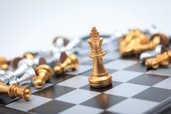 Χρυσό σκάκι στο επιτραπέζιο παιχνίδι σκακιού για την ηγεσία επιχειρησιακής μεταφοράς Στοκ Εικόνες