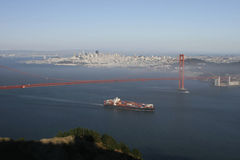 χρυσό σκάφος πυλών εμπορευματοκιβωτίων στοκ εικόνα