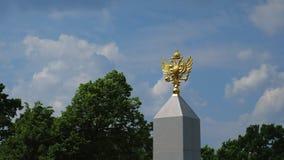 Χρυσό σύμβολο εμβλημάτων της Ρωσίας, ενάντια στο μπλε ουρανό Σύμβολα του κράτους και του έθνους Μόσχα, Ρωσία, ηλιόλουστη θερινή η φιλμ μικρού μήκους