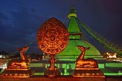 Χρυσό σύμβολο brahma μπροστά από το stupa Boudha Nath (Bodhnath) μέσα Στοκ Εικόνες