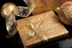 Χρυσό σύνολο διακοσμήσεων Χριστουγέννων πέρα από το μαύρο υπόβαθρο Στοκ Εικόνες