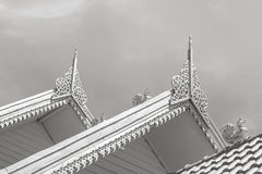 Χρυσό ταϊλανδικό σχέδιο στη στέγη του κτηρίου στο φως του ήλιου μεσημεριού στο wat sareesriboonkam στη δημόσια θέση ναών λιβελλογ Στοκ Φωτογραφίες