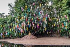 Χρυσό του Βούδα κάτω από το πολύχρωμο δέντρο Διαφωτισμού Στοκ φωτογραφία με δικαίωμα ελεύθερης χρήσης