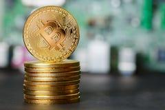 Χρυσό τραπεζικό σύστημα Cryptocurrency σωρών Bitcoin στοκ φωτογραφία με δικαίωμα ελεύθερης χρήσης