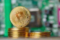 Χρυσό τραπεζικό σύστημα Cryptocurrency σωρών Bitcoin στοκ φωτογραφία