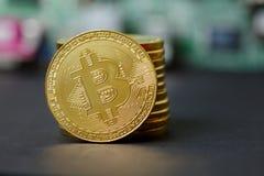 Χρυσό τραπεζικό σύστημα Cryptocurrency σωρών Bitcoin στοκ εικόνα