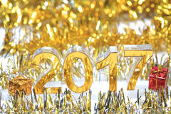 Χρυσό τρισδιάστατο εικονίδιο του 2017 με το κιβώτιο δώρων Στοκ εικόνα με δικαίωμα ελεύθερης χρήσης