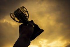 Χρυσό τρόπαιο νικητών εκμετάλλευσης χεριών Στοκ φωτογραφία με δικαίωμα ελεύθερης χρήσης