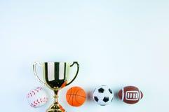 Χρυσό τρόπαιο, παιχνίδι ποδοσφαίρου, παιχνίδι μπέιζ-μπώλ, παιχνίδι καλαθοσφαίρισης και RU Στοκ Εικόνα