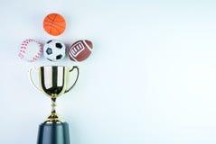 Χρυσό τρόπαιο, παιχνίδι ποδοσφαίρου, παιχνίδι μπέιζ-μπώλ, παιχνίδι καλαθοσφαίρισης και RU Στοκ Φωτογραφία