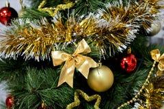 Χρυσό τόξο στο χριστουγεννιάτικο δέντρο Στοκ Εικόνες