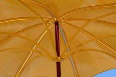 Χρυσό υπαίθριο parasol Στοκ φωτογραφία με δικαίωμα ελεύθερης χρήσης
