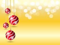 Χρυσό υπόβαθρο κλίσης με το φως bokeh Υπόβαθρο Χριστουγέννων με την κρεμώντας κόκκινη διακόσμηση σφαιρών κορδελλών τέσσερα ελεύθερη απεικόνιση δικαιώματος