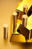 Χρυσό υπόβαθρο, περιβαλλοντική οικονομική έννοια Στοκ Εικόνες
