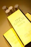 Χρυσό υπόβαθρο φραγμών, περιβαλλοντική οικονομική έννοια Στοκ Εικόνες
