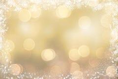 Χρυσό υπόβαθρο Χριστουγέννων με τα χιονώδη σύνορα διανυσματική απεικόνιση