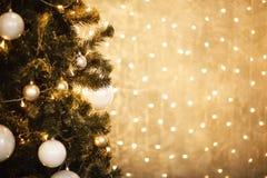 Χρυσό υπόβαθρο Χριστουγέννων των de-στραμμένων φω'των με το διακοσμημένο δέντρο 2018 Στοκ Εικόνες