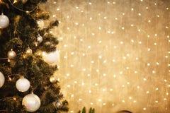 Χρυσό υπόβαθρο Χριστουγέννων των de-στραμμένων φω'των με το διακοσμημένο δέντρο 2018 Στοκ Φωτογραφία