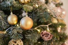 Χρυσό υπόβαθρο Χριστουγέννων των de-στραμμένων φω'των με το διακοσμημένο δέντρο Στοκ φωτογραφία με δικαίωμα ελεύθερης χρήσης