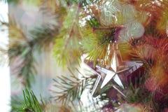 Χρυσό υπόβαθρο Χριστουγέννων των de-στραμμένων φω'των με το διακοσμημένο δέντρο Στοκ Φωτογραφίες