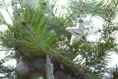 Χρυσό υπόβαθρο Χριστουγέννων των de-στραμμένων φω'των με το διακοσμημένο δέντρο Στοκ Εικόνες