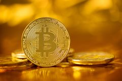 Χρυσό χρυσό υπόβαθρο btc bitcoin μουτζουρωμένο Στοκ φωτογραφίες με δικαίωμα ελεύθερης χρήσης