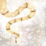 Χρυσό φίδι στο ασημένιο backgound Στοκ Φωτογραφία