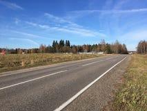 Χρυσό φθινόπωρο Κενός προαστιακός δρόμος με τα νέα οδικά σημάδια στην ηλιόλουστη ημέρα φθινοπώρου στοκ φωτογραφία με δικαίωμα ελεύθερης χρήσης