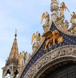 Χρυσό φτερωτό λιοντάρι στη βασιλική σημαδιών Αγίου στη Βενετία Στοκ Φωτογραφία