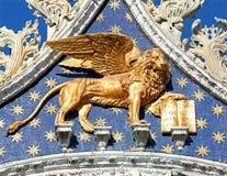 Χρυσό φτερωτό λιοντάρι στη βασιλική του σημαδιού Αγίου στη Βενετία Στοκ Εικόνα