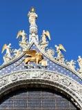 χρυσό φτερωτό λιοντάρι στη βασιλική του σημαδιού του ST στη Βενετία σε Ital Στοκ Εικόνες