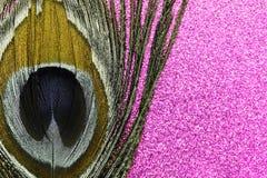 Χρυσό φτερό peacock στο λαμπρό υπόβαθρο μεταλλικού θόρυβου στοκ εικόνες