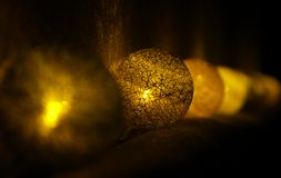 Χρυσό φως σφαιρών των Χριστουγέννων Στοκ φωτογραφία με δικαίωμα ελεύθερης χρήσης