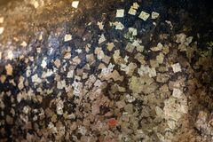 Χρυσό φύλλο αλουμινίου με το μαύρο αντικείμενο Στοκ εικόνες με δικαίωμα ελεύθερης χρήσης