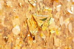 Χρυσό φύλλο στο υπόβαθρο τοίχων Στοκ εικόνες με δικαίωμα ελεύθερης χρήσης