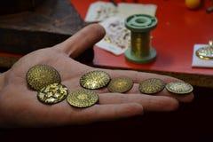 χρυσό χέρι νομισμάτων στοκ εικόνα