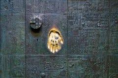 Χρυσό χέρι σφραγίδων στην πόρτα, ένα σύμβολο του δακτυλικού αποτυπώματος Στοκ φωτογραφία με δικαίωμα ελεύθερης χρήσης