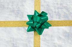 χρυσό χιόνι κορδελλών δώρω Στοκ φωτογραφία με δικαίωμα ελεύθερης χρήσης