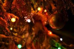 Χρυσό χριστουγεννιάτικο δέντρο, η γοητεία της νύχτας πριν από τα Χριστούγεννα στοκ φωτογραφία με δικαίωμα ελεύθερης χρήσης
