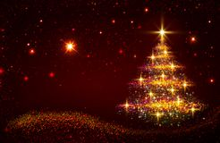 Χρυσό χριστουγεννιάτικο δέντρο και κόκκινος ουρανός αστεριών Στοκ φωτογραφία με δικαίωμα ελεύθερης χρήσης