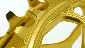 Χρυσό ωοειδές chainring εργαλείο ποδηλάτων που περιστρέφεται στο άσπρο υπόβαθρο φιλμ μικρού μήκους