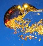 χρυσό ύδωρ αεροφυσαλίδω Στοκ φωτογραφία με δικαίωμα ελεύθερης χρήσης