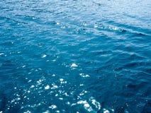 χρυσό ύδωρ επιφάνειας κυματώσεων Αφηρημένο υπόβαθρο, νερό της θάλασσας στον ήλιο Θερινή ανασκόπηση Βαθύ τυρκουάζ νερό σπινθηρισμά Στοκ Εικόνες