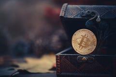 Χρυσό Bitcoin Θησαυροί - crypto νόμισμα μυστήριο Παλαιά ξύλινα εικονικά χρήματα κιβωτίων σε ένα σκοτεινό υπόβαθρο Θερμός τονισμός Στοκ Εικόνες