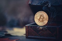 Χρυσό Bitcoin Θησαυροί - crypto νόμισμα μυστήριο Παλαιά ξύλινα εικονικά χρήματα κιβωτίων σε ένα σκοτεινό υπόβαθρο Θερμός τονισμός Στοκ φωτογραφία με δικαίωμα ελεύθερης χρήσης