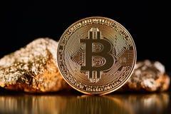 Χρυσό bitcoin μπροστά από τα χρυσά κομμάτια που αντιπροσωπεύουν τις φουτουριστικές παγκόσμιες τάσεις και οι δύο που απομονώνονται στοκ φωτογραφία με δικαίωμα ελεύθερης χρήσης