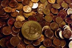 Χρυσό bitcoin πέρα από έναν σωρό στα νομίσματα Στοκ φωτογραφία με δικαίωμα ελεύθερης χρήσης